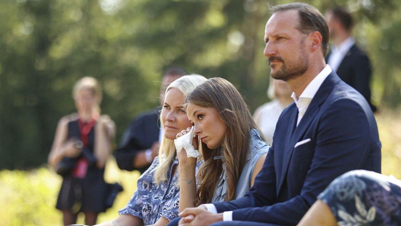 Kronprinsesse Mette Marit, prinsesse Ingrid Alexandre og kronprins Haakon ved mindehøjtideligheden på Utøya 22. juli.