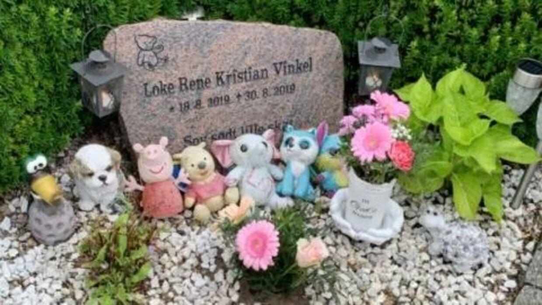 Lotte Vinkel udvælger nøje de bamser, der skal pynte på hendes søns grav. Desværre oplever hun, at de bliver stjålet.Foto: Privat