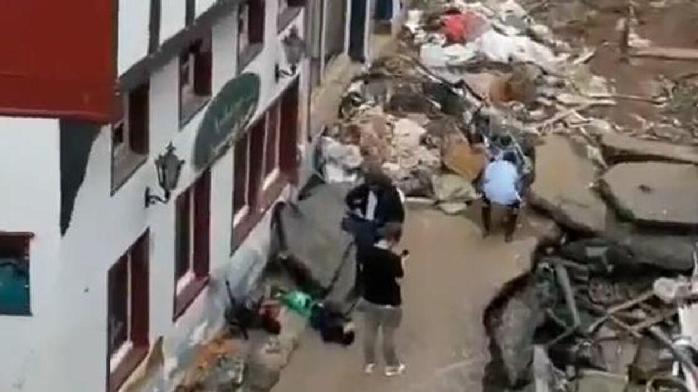 Her kan man se, hvordan journalisten bukker sig ned for at tage noget mudder op. Foto: Twitter
