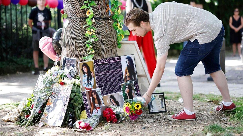 Fans samles for at markere tiåret for sangerindens død.