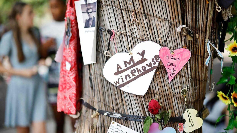 Blomster og skilte på tiårsdagen for Amy Winehouses død.