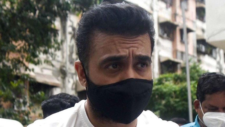 Raj Kundra føres væk af politiet.