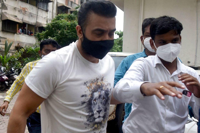 Raj Kundra har fanget på et billede i forbindelse med sin anholdelse.