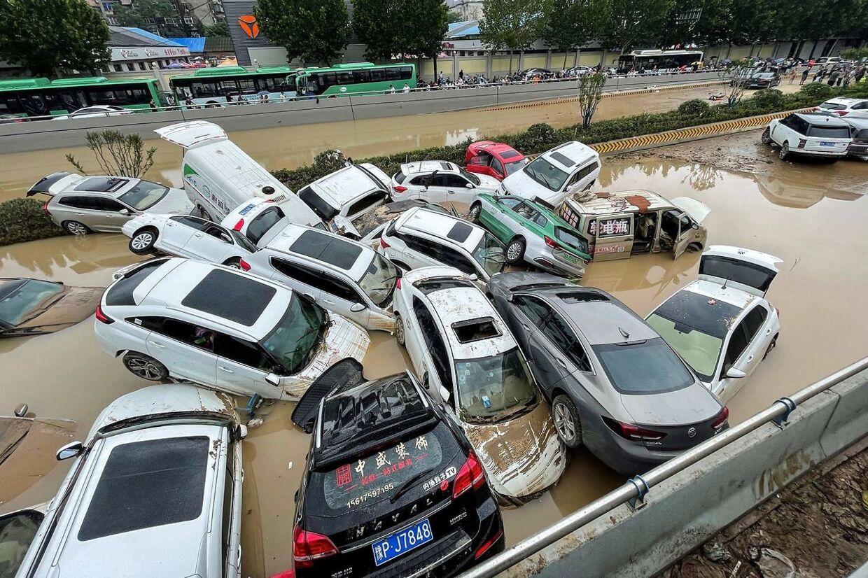 Biler står under vand i Zhengzhou.