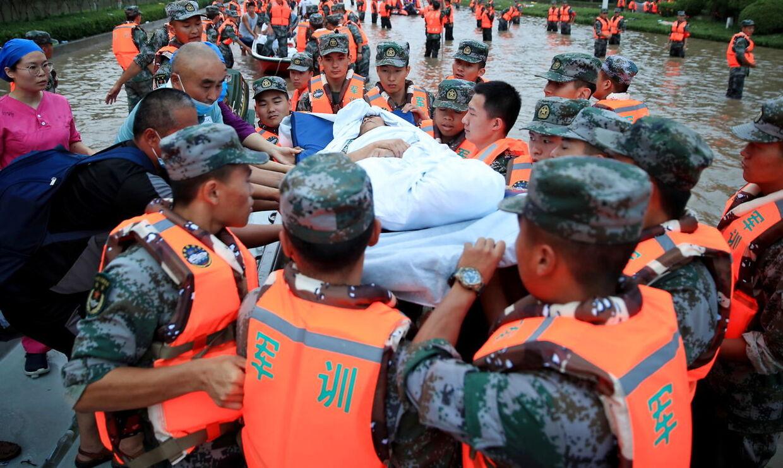 Redningsarbejdere evakuerer et hospital, der er blevet oversvømmet.