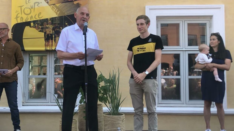 Borgmester i Skrive Kommune, Peder Christian Kirkegaard, hylder Jonas Vingegaard.