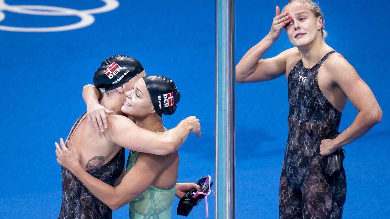 Jeanette Ottesen fik store kram fra sine holdkammerater.