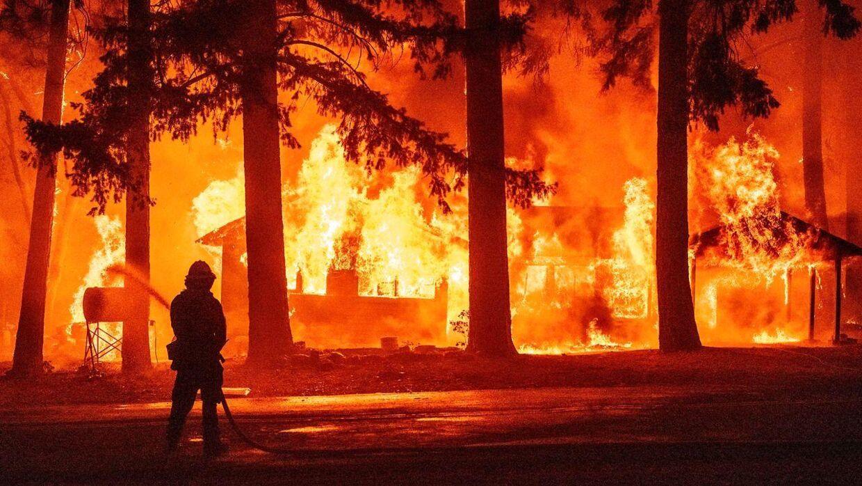 Branden har lige nu fat i et område på knap 575 kvadratkilometer.