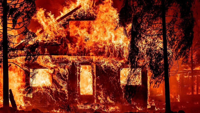 Huse brænder fuldstændig ned, og på billedet her er der ikke meget, der står tilbage at redde.