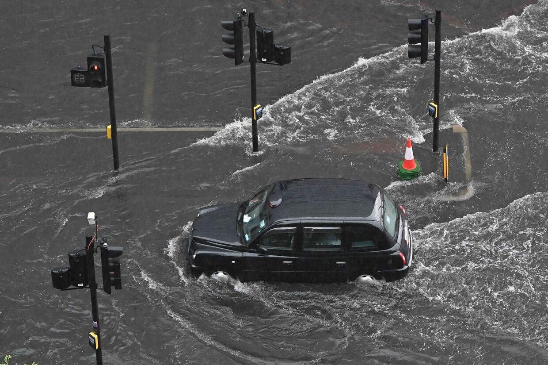 Dele af London stod under vand søndag. Der meldes om store materielle skader.