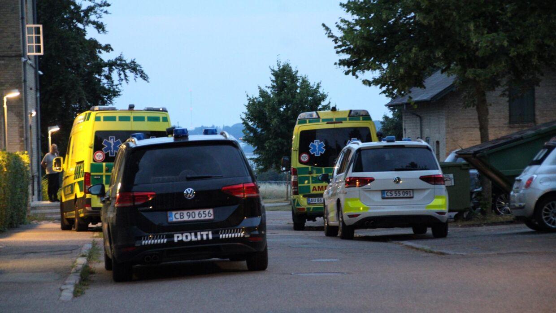 Tre ambulancer er tilkaldt til stedet. Foto: Presse-fotos.dk