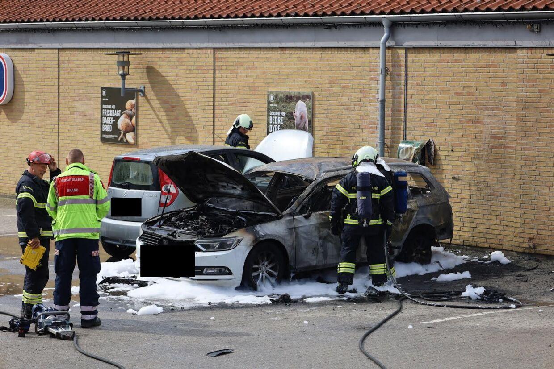 Her ses den udbrændte bil foran Rema 1000.