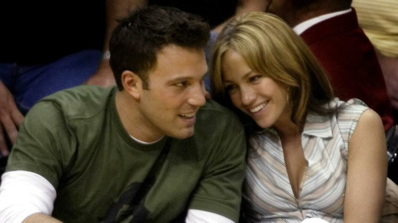 Arkivfoto af Jennifer Lopez og Ben Affleck til en basketballkamp i 2003.