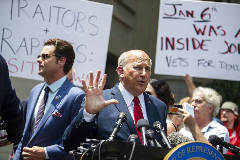 Foran Kongressen havde demonstranter, der mener, at begivenhederne 6. januar var iscenesat, taget ophold. Republikanerne Louie Gohmert og Matt Gaetz holdt desuden et pressemøde.