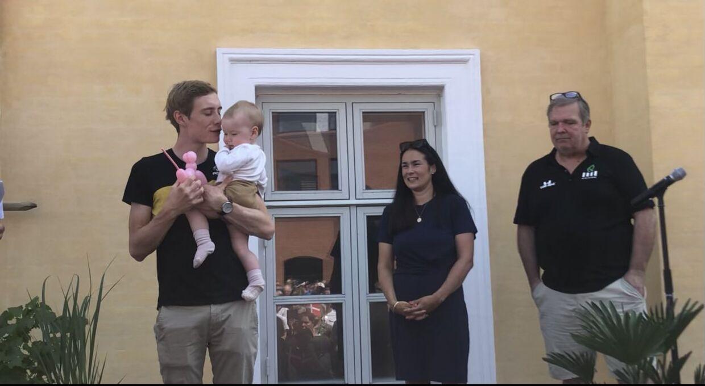 Jonas Vingegaard med datteren Frida. Til højre Jonas Vingegaards kæreste, Trine Marie Hansen, og Brian Pedersen fra Team ColoQuick.