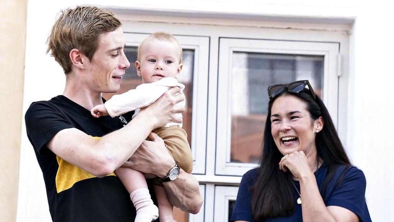 Cykelrytteren Jonas Vingegaard vendte hjem fra Tour de France til en folkefejring i Skive, lørdag 24. juli 2021. Her ses stjernerytteren med hustruen, Trine Marie Hansen, og parrets baby, Frida.
