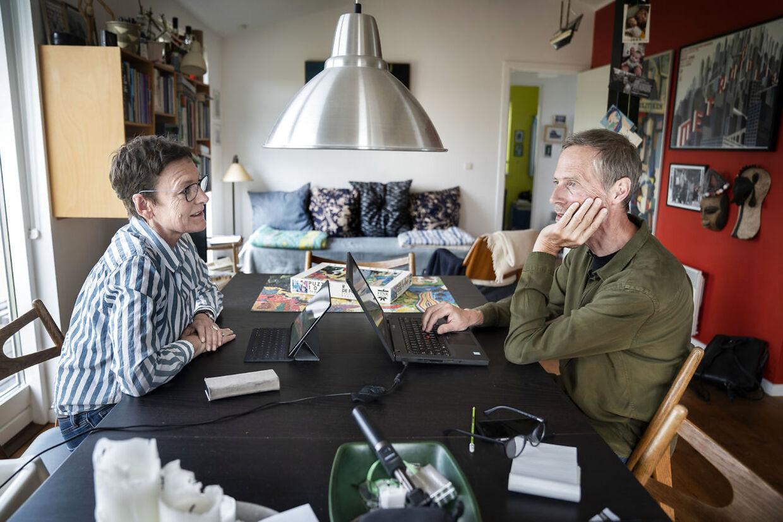 Forfatterparret - og ægteparret - journalisterne Janni Pedersen og Kim Faber i deres kolonihavehus i Ejby ved Glostrup i april 2020.