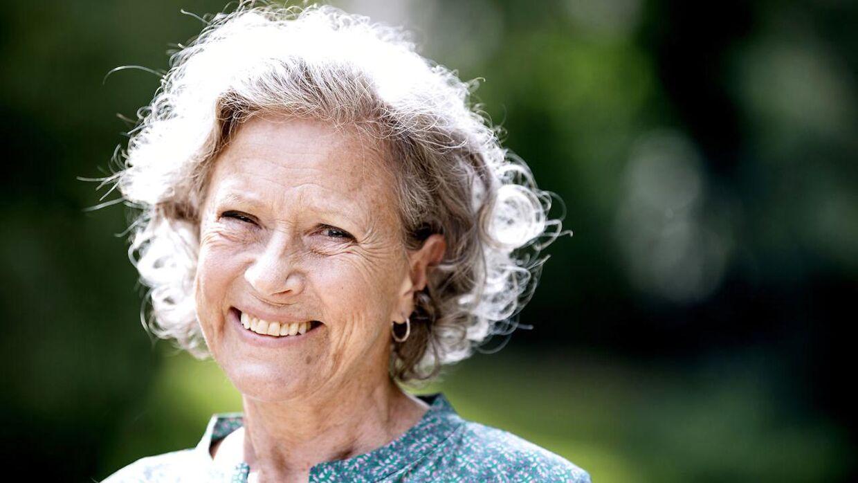 Så smilende ser man sjældent Birthe Neuman som Karen Blixen i 'Pagten'.