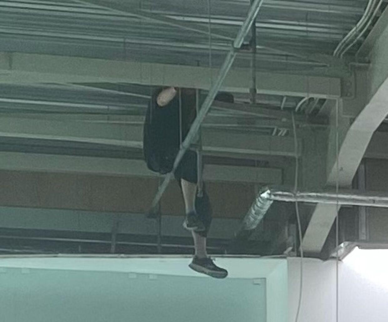 En elektriker har søgt tilflugt på et rør, efter loftet under ham er styrtet sammen under montering af en elinstallation i Ilva i Ishøj.