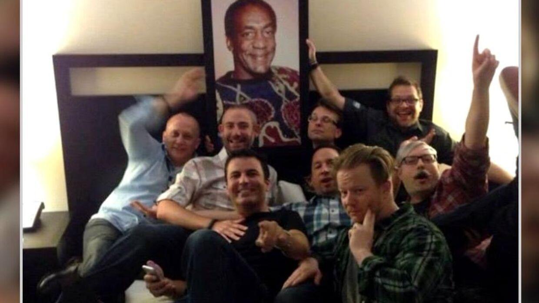 Her ses flere personer fra Blizzard med et portræt af skandaleombruste Bill Cosby