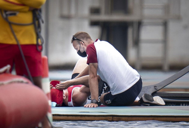 Sverri Nielsen måtte trøstes af sin træner, da finalen var slut.