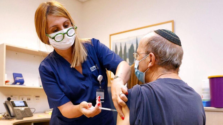 En mand i Israel modtager her sit tredje stik af Pfizer-BioNTechs vaccine.