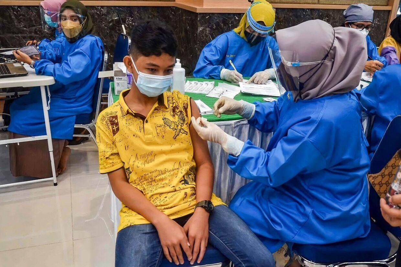 Den kraftige stigning af smitten i Asien har fået flere lande til at påbegynde vaccination af de yngre. Her er det Indonesien