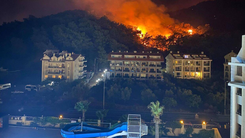 På et tidspunkt var flammerne blot 50 meter fra familiens altan. Læserfoto: Thomas Schwaner