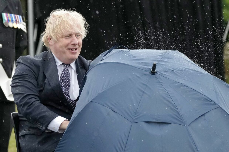 Den uheldige hovedperson kunne godt se humoren i situationen. (Photo by Christopher Furlong / POOL / AFP)