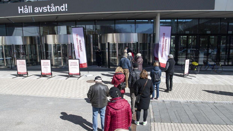 Hold afstand, står der på svensk. Foto: Scanpix