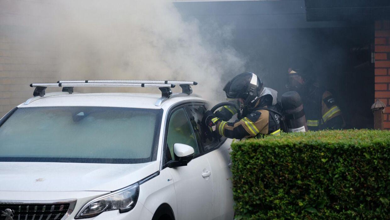 Denne elbil er brudt i brand, og da røgen er sundhedsskadelig, bedes borgere blive indendøre. Foto: Byrd / Lind Foto
