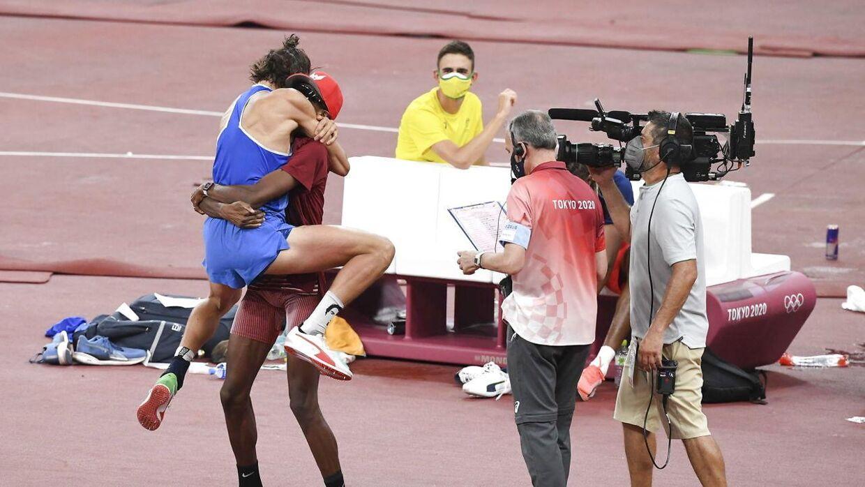 Det hele endte i historiske billeder, da OL-guldet endte hos to atleter.