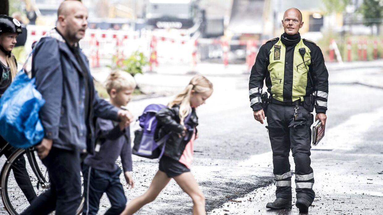 Indsatsleder Claus Christensen fra Nordsjællands Politi er til stede ved skolestart på Trongårdsskolen i Kongens Lyngby, mandag den 13. august 2018. Politiet har særligt fokus på, at travle forældre overholder de nedsatte fartgrænser omkring skolerne, og at både børn og andre passagerer i bilen er spændt fast, når de ankommer til skolen, skriver Ritzau. Politiet vil igen i år anvende både manuelle og automatiske kontroller for at medvirke til sikring af skolevejen og skride ind over for trafiksyndere. Desuden vil politiet især fokusere på skolepatruljernes arbejde og forældrenes trafikale adfærd – herunder parkering i forbindelse med aflevering af børn ved skolerne, skriver Ritzau. (Foto: Mads Claus Rasmussen/Ritzau Scanpix)