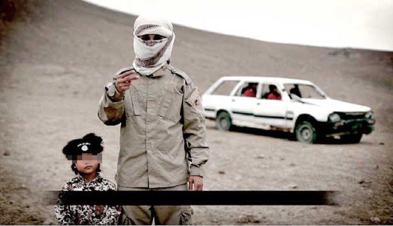 Fire-årige Isa Dare står klar - i baggrunden bilen med fire spioner,