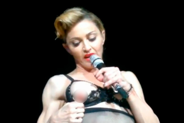 Da den 53-årige popdronning optrådte i Istanbul, fik hun endelig afløb for sine ekshibitionistiske tendenser. Under sangen 'Human Nature' fra 1995 begyndte hun et mindre stripshow, der kulminerede i fremvisningen af brystvorte mm.
