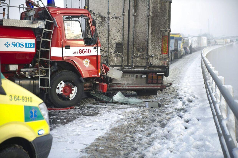 Broen rystede, da op mod 100 lastbiler og personbiler stødte sammen på den stærkt trafikerede motorvej E4 i Skåne tirsdag formiddag.