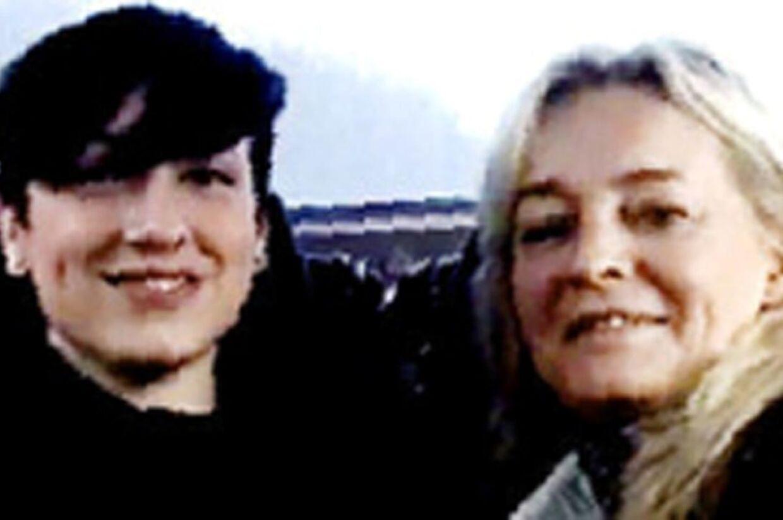 Anne Linnet med kæresten Tessa - et privatfoto fra cd-boksen fra 2009, hvor de to sidder iturbussen under en turné.