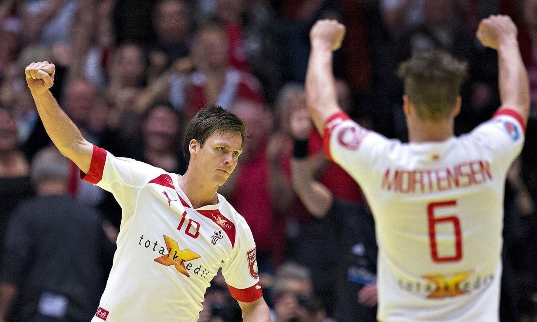 Hans Lindberg (tv) og Casper U. Mortensen skal finde en ny klub. Håndboldafdelingen i deres tyske klub, HSV Hamburg, er begæret konkurs.