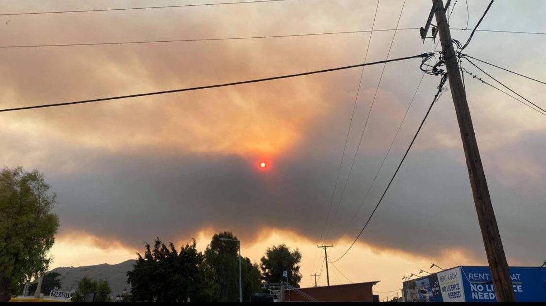 I løbet af søndagen forsvandt solen helt bag den tunge røg. Foto: Privat