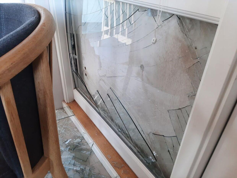 Isbjørnen smadrede dette vindue.
