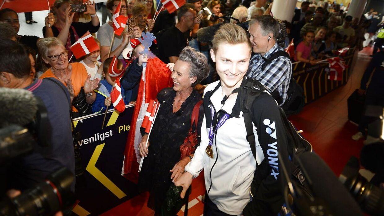 Gitte Lundager Axelsen med sin søn efter VM-triumfen i 2017.
