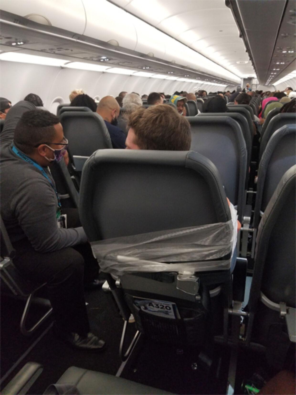 Ifølge politirapporten var Maxwell Berry fastspændt til sædet, indtil flyet landede i Miami.