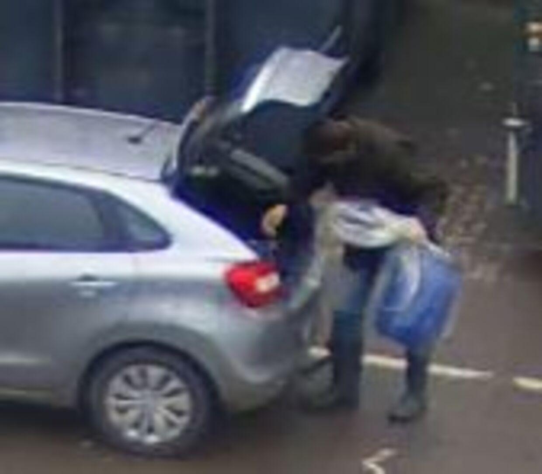 Morderpræsten Thomas Gotthard blev fanget på overvågningskameraerne på genbrugspladsen, da han skilte sig af med en af de blå fodertønder, som han havde gemt ligdelene fra sin dræbte hustru i.