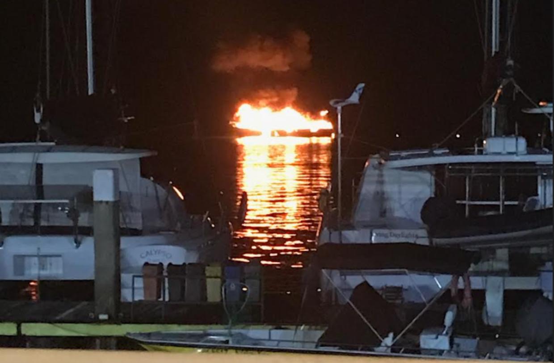 Her ses det, hvordan sejlbåden pludselig brød i brand, da den lå lige ud for en havn i Costa Rica. Og Karina var ude på båden, da det hele skete. Foto: Privat