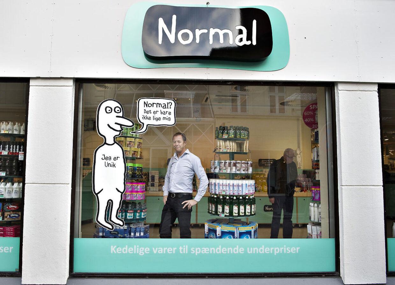 Anders Holch Povlsen ejer i dag 67,5 procent af Normal. Her er det en af stifterne, Torben Mouritsen, der viser en af butikkerne frem.