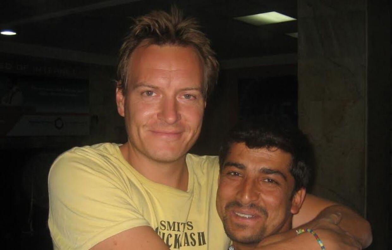 Rasmus Tantholdt i Kabul sammen med sin afghanske kollega.