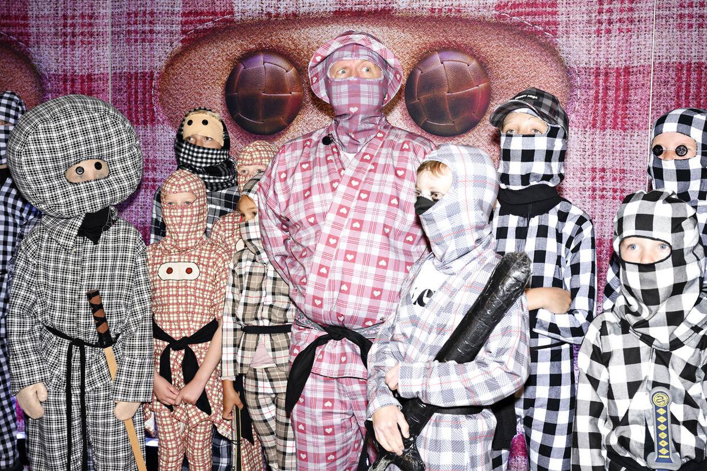 Anders Matthesen og en masse små ninjaer. (Foto: Philip Davali/Ritzau Scanpix)