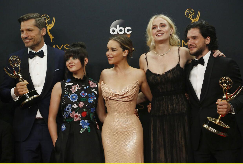 Nikolaj Coster-Waldau med flere af sine 'Game of Thrones'-kollegaer ved Emmy-uddelingen i Los Angeles i 2016.