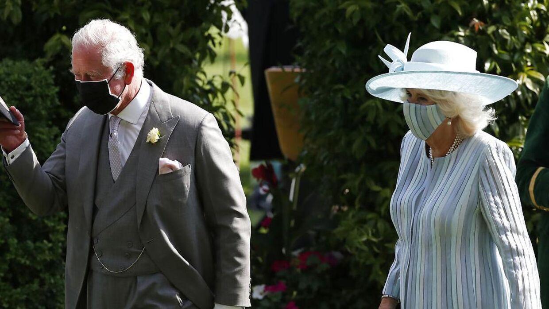 Prins Charles, der her ses med sin kone, hertuginde Camilla, er godt træt af sagen om prins Andrew.