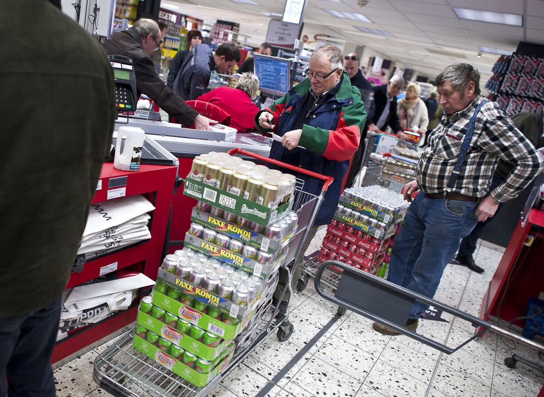 Morgenmadsprodukter med mindre sukker, eller slik der er tilsat fibre, fører ikke nødvendigvis til et vægttab. Måske snarere tværtimod, advarer ernæringsekspert. Det skal være slut med de sukkerholdige vingummier og den gode, fede leverpostej. Sådan lyder mantraet for mange i forbindelse med nytår, hvor sundhed står øverst på indkøbssedlen. ARKIVFOTO: Grænsehandel i Tyskland.. (Foto: CLAUS FISKER/Scanpix 2017)